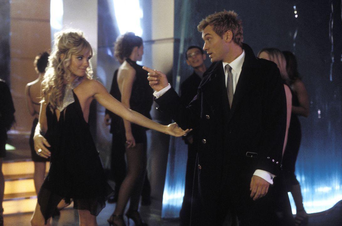 Eigentlich ist Alfie (Jude Law, r.) ein gewöhnlicher Chauffeur, doch wo er auftaucht, spielt die Frauenwelt verrückt (Sienna Miller, l.). So läss... - Bildquelle: Paramount Pictures