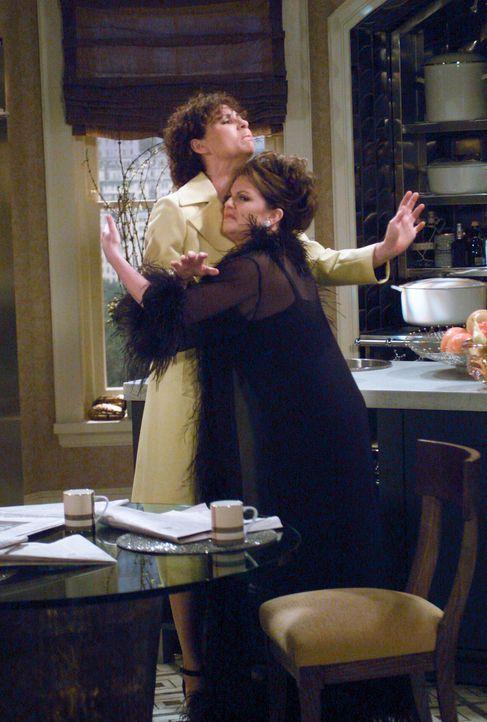 Ein Herz und eine Seele? Lorraine (Minnie Driver, l.) und Karen (Megan Mullally, r.) ... - Bildquelle: Chris Haston NBC Enterprises International