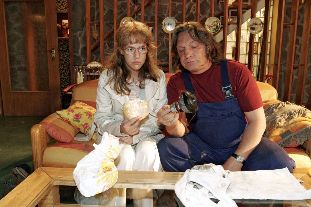 Bernd (Volker Herold, r.) versucht Lisa (Alexandra Neldel, l.) davon zu überzeugen, dass es jetzt keinen Sinn hat, bei Kerima zu kündigen. (Dieses F... - Bildquelle: Noreen Flynn SAT.1 / Noreen Flynn