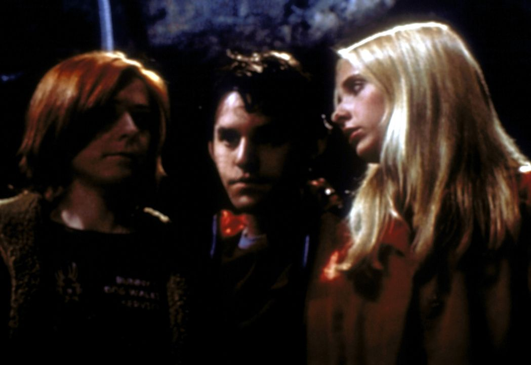(v.l.n.r.) Willow (Alyson Hannigan), Xander (Nicholas Brendon) und Buffy (Sarah Michelle Gellar) machen auf ihrem alten Schulgelände eine unheimlich... - Bildquelle: TM +   2000 Twentieth Century Fox Film Corporation. All Rights Reserved.