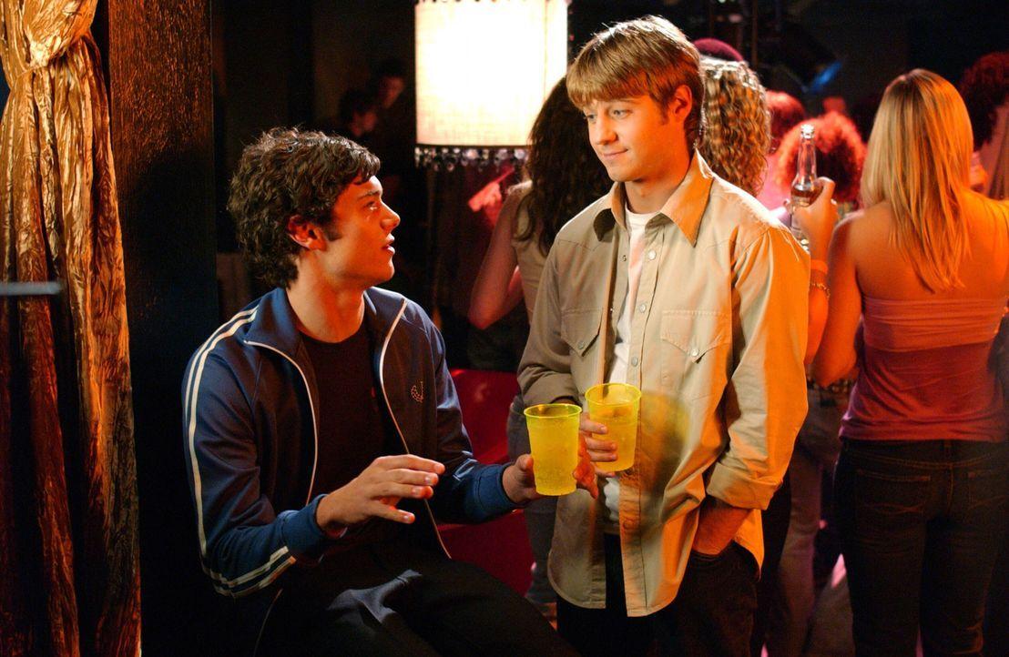 Während Seth (Adam Brody, l.) einen Job im 'Bait Shop' annimmt, muss sich Ryan (Benjamin McKenzie, r.) mit Lindsay auseinandersetzen ... - Bildquelle: Warner Bros. Television