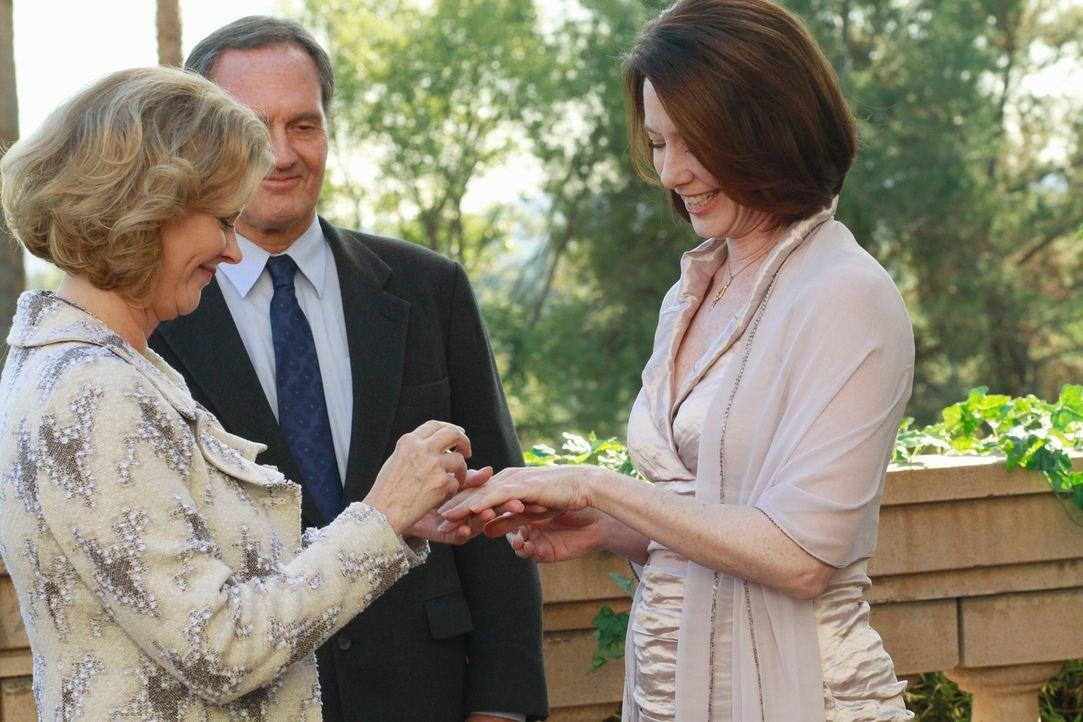 Geben sich das Ja-Wort: Bizzy (JoBeth Williams, l.) und Susan (Ann Cusack, r.) ... - Bildquelle: ABC Studios