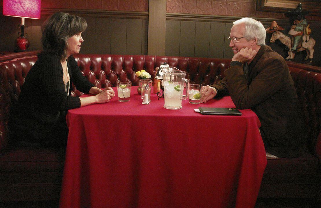 Genießt das Date mit ihrem damals ersten Freund Stan (Chevy Chase, r.), welcher sie auf Grund eines Umzuges nach Kanada verlassen hatte: Nora Walke... - Bildquelle: Disney - ABC International Television