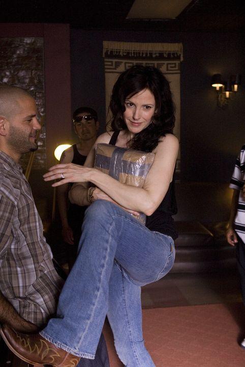 Nancy (Mary-Louise Parker, r.) soll im Auftrag von U-Turn ein Paket bei Guillermo (Guillermo Díaz, l.) abholen, doch der will die Ware nicht beding... - Bildquelle: Lions Gate Television