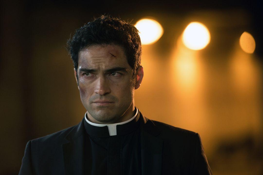 Pater Tomas (Alfonso Herrera) stellt sich dem mächtigen Dämon erneut. Unterdessen setzt Pater Marcus alles daran, den Papst von dem sicheren Tod zu... - Bildquelle: 2016 Fox and its related entities.  All rights reserved.