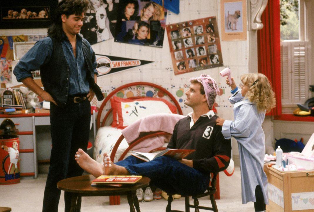 Noch ahnt Jesse (John Stamos, l.) nicht, dass Stephanie (Jodie Sweetin, r.) nach dem Frisieren ihres Vaters (Bob Saget, M.), auch ihm eine neue Fris... - Bildquelle: Warner Brothers Inc.
