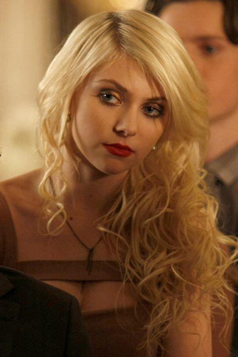 Auch Jenny (Taylor Momsen) würde gerne ihren Prince Charming erobern - doch leider ist dieser schon vergeben. - Bildquelle: Warner Brothers