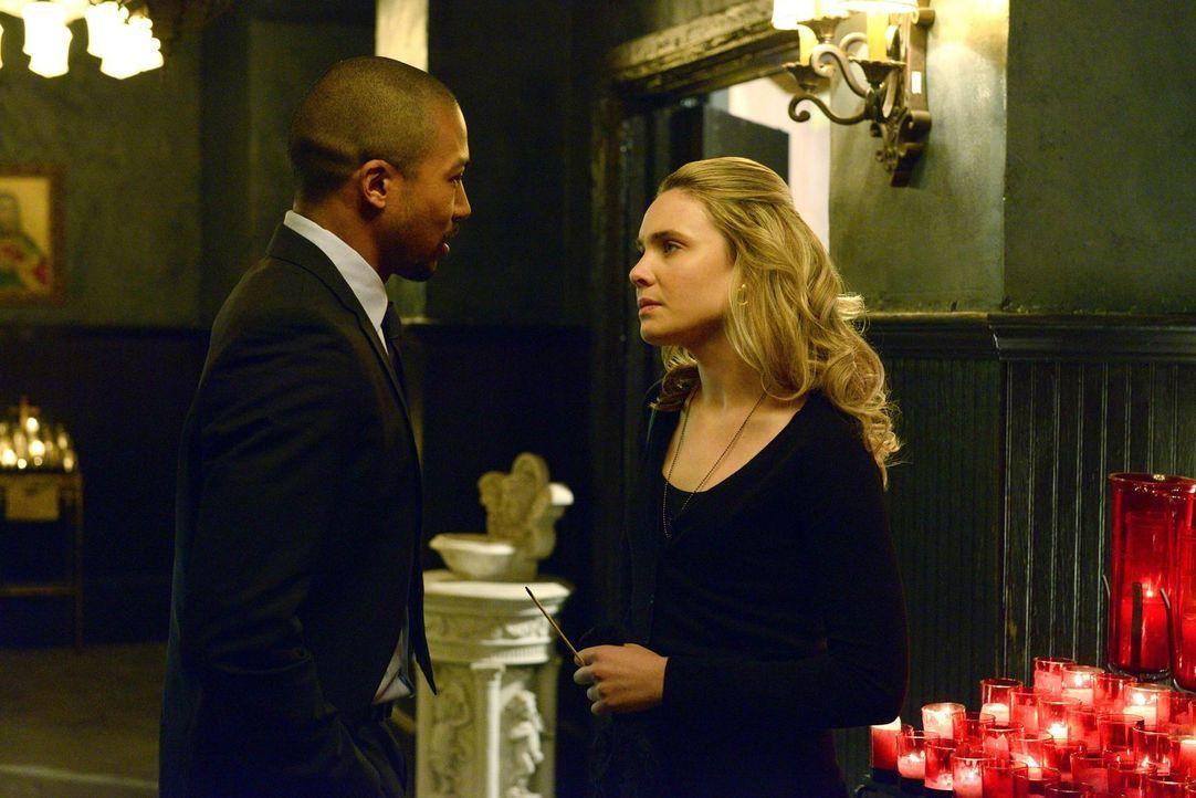 Camille (Leah Pipes, r.) erfährt von Marcel (Charles Michael Davis, l.) von einem alten Familiengeheimnis ... - Bildquelle: Warner Bros. Television
