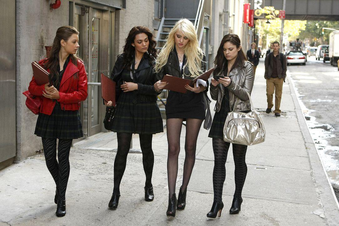 Jenny (Taylor Momsen, M.r.) will unbedingt die perfekte Begleitung für den Debütantinnenball. - Bildquelle: Warner Brothers