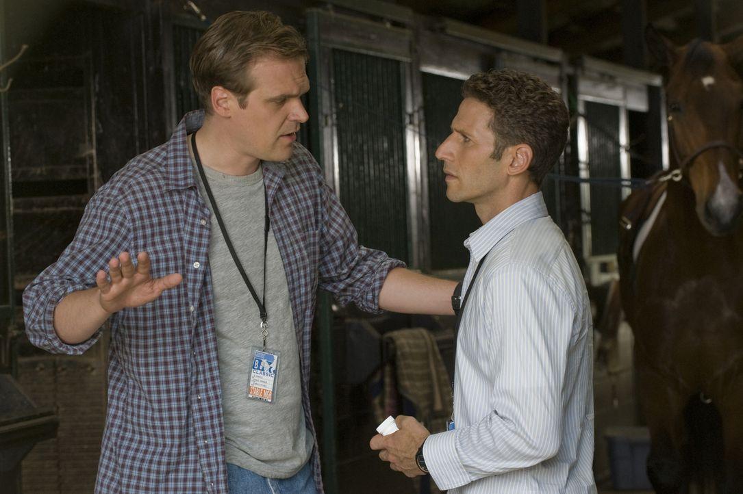 Hat Dan Samuels (David Harbour, l.) seiner Tochter wirklich ein Dopingmittel verabreicht? Dr. Hank Lawson (Mark Feuerstein, r.) geht der Sache auf d... - Bildquelle: Universal Studios