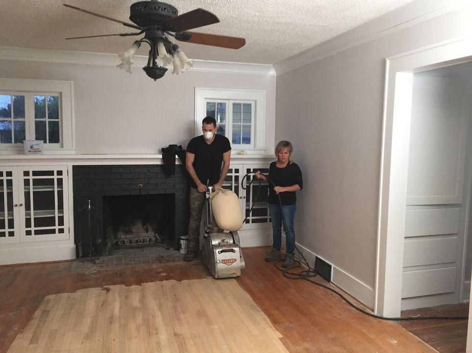Als Bobby (l.) seiner Mutter Kendra (r.) davon erzählt, dass der Immobilienmarkt in Portland perfekt wäre, um ein altes Haus zu kaufen, es zu renovi... - Bildquelle: 2016, DIY Network/Scripps Networks, LLC. All Rights Reserved.