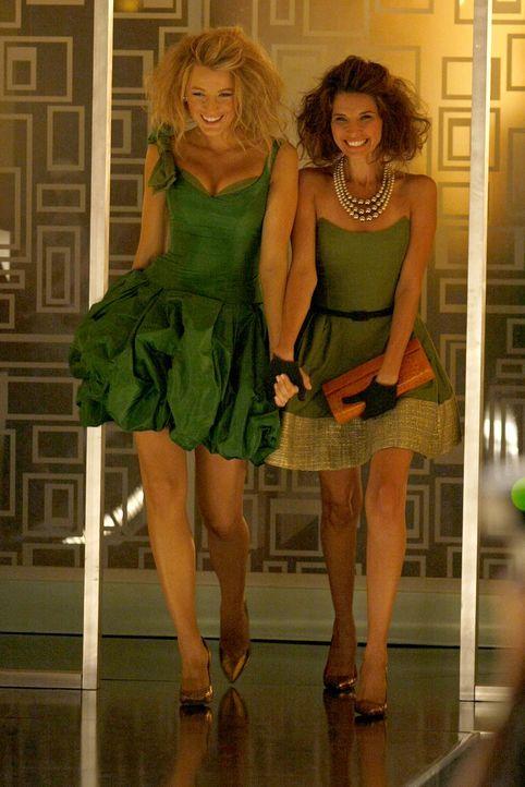 Müssen Jenny aus der Patsche helfen, damit die Modenschau weitergehen kann: Serena (Blake Lively, l.) und Poppy (Tamara Feldman, r.) ... - Bildquelle: Warner Brothers