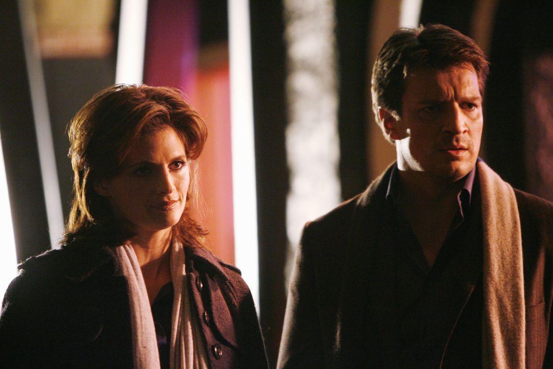 Beckett (Stana Katic, M.) und Castle (Nathan Fillion, r.) haben eigentlich noch ein paar Fragen an John Knox (Jonathan LaPaglia, l.), doch der verwe... - Bildquelle: ABC Studios