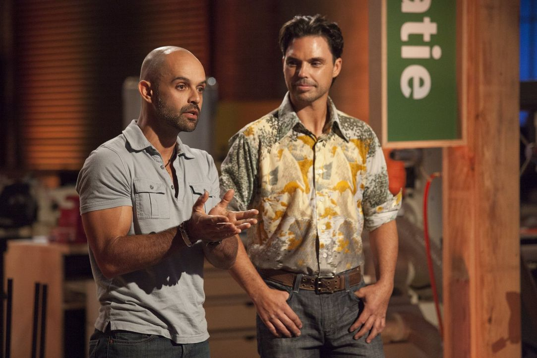 Gaspar (l.) und Brooks (r.) präsentieren vor der Jury ihr Möbelstück. Was wird diese sagen? - Bildquelle: 2015 Warner Bros.