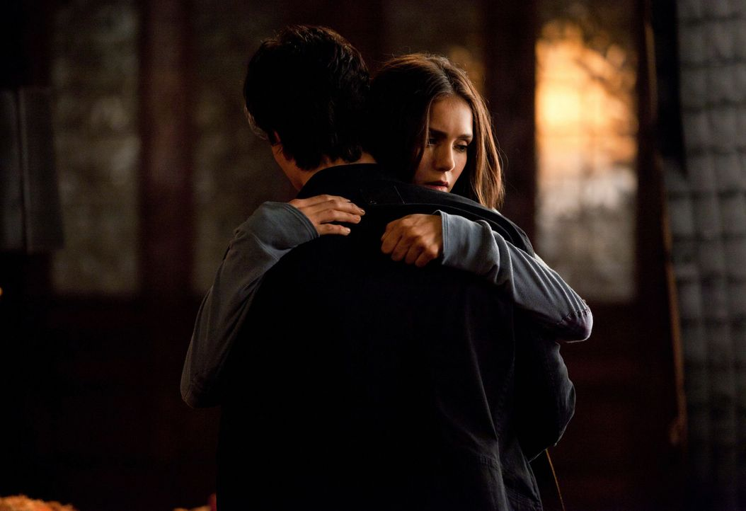 Tröstet Damon (Ian Somerhalder, l.), der tief von Roses Tod verletzt ist: Elena (Nina Dobrev, r.) ... - Bildquelle: Warner Brothers