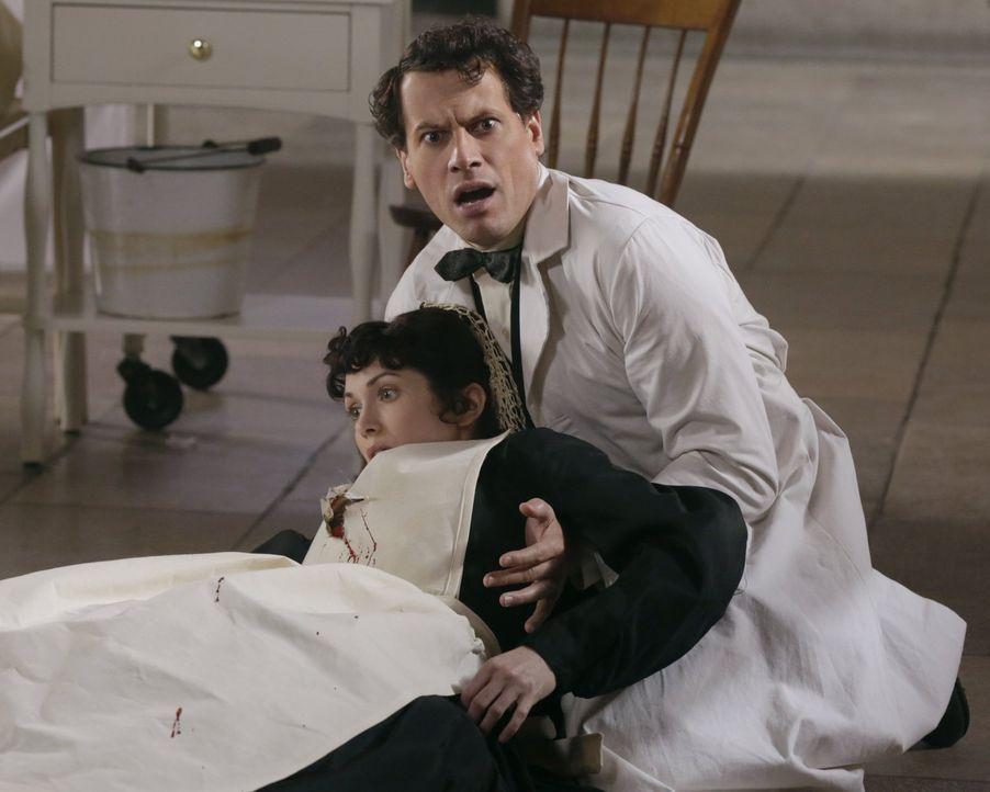 Kann nicht glauben, wer da auf die Krankenschwester (Sarah Wilson, unten) geschossen hat: Henry (Ioan Gruffudd, oben) ... - Bildquelle: Warner Bros. Television