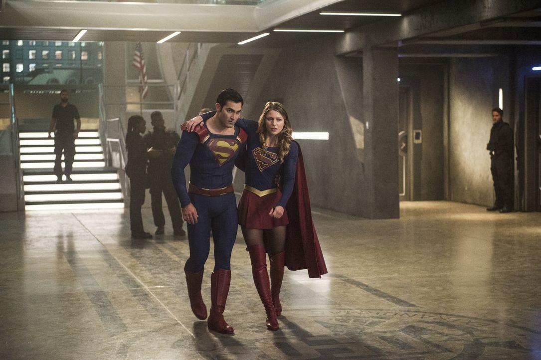Beim Versuch gegen Cadmus vorzugehen, wird Kara alias Supergirl (Melissa Benoist, vorne r.) verletzt. Clark alias Superman (Tyler Hoechlin, vorne l.... - Bildquelle: 2016 Warner Bros. Entertainment, Inc.