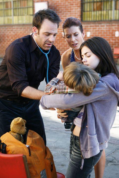 Addison (Kate Walsh, 2.v.l.), Sam und Cooper (Paul Adelstein, l.) behandeln den kleinen Elliot, den Sohn der obdachlosen Jugendlichen Danielle (Lucy... - Bildquelle: ABC Studios