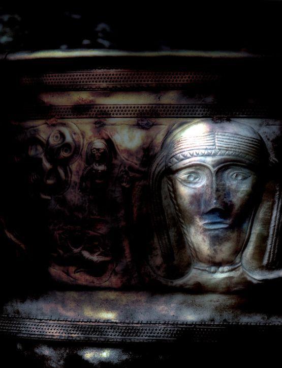 In Brocéliande, einem uralten Wald in der Bretagne, findet die Archäologiestudentin Chloe bei Ausgrabungen wertvolle Kultgegenstände der Kelten....