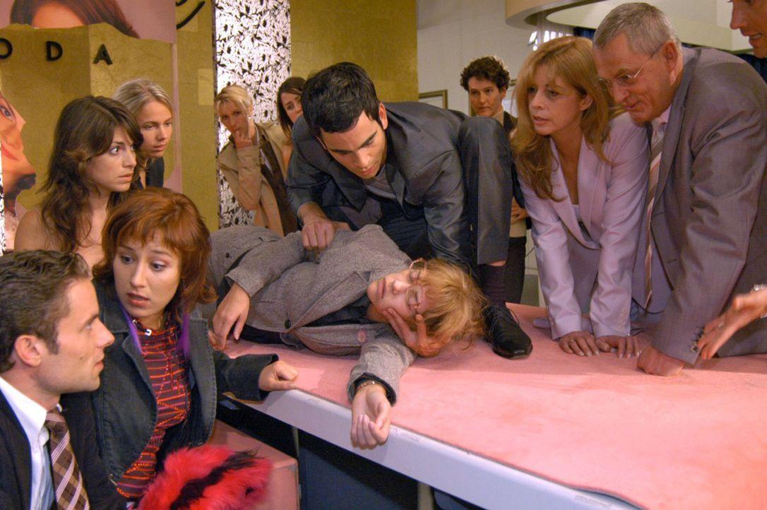 Lisa ist zum Entsetzen aller zusammengebrochen. v.l.n.r.: Max (Alexander Sternberg), Yvonne (Bärbel Schleker), Mariella (Bianca Hein), Lisa (Alexan... - Bildquelle: Noreen Flynn Sat.1
