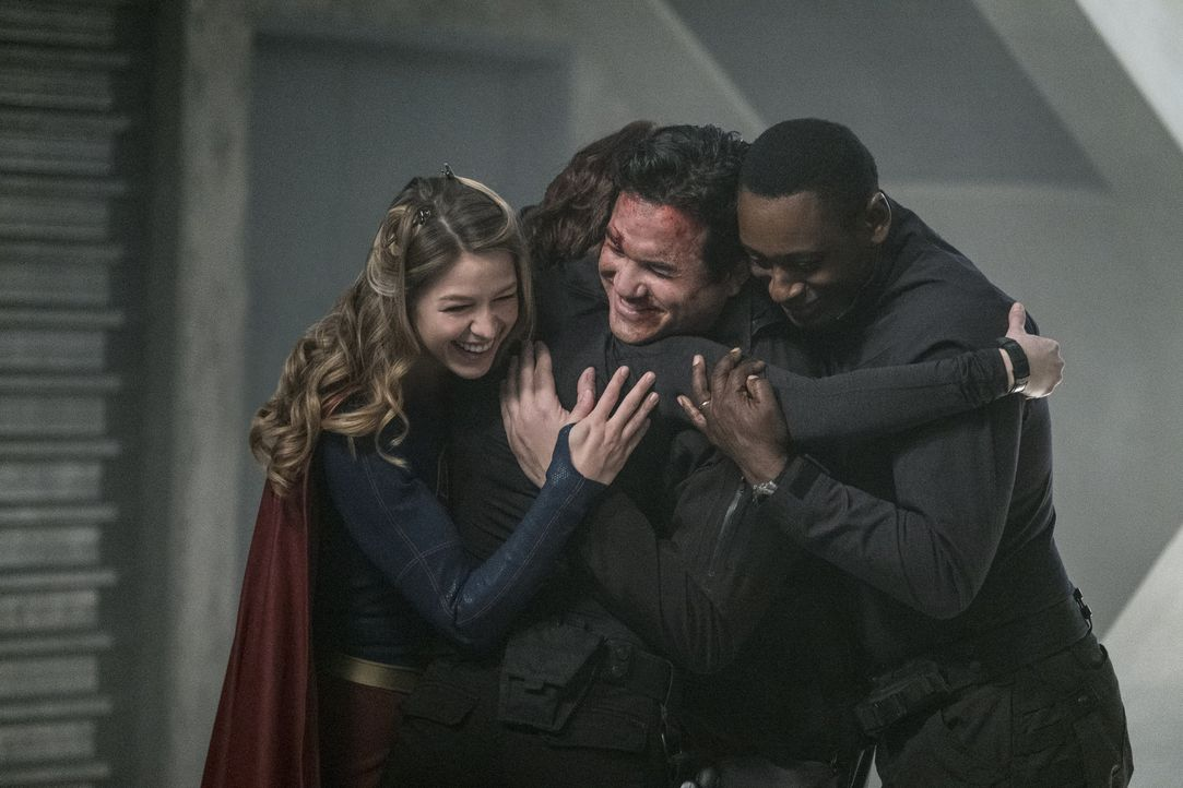 Happy End? Kara (Melissa Benoist, l.) und Hank (David Harewood, r.) ahnen noch nicht, was wirklich hinter dem plötzlich wieder auftauchenden Jeremia... - Bildquelle: 2016 Warner Brothers