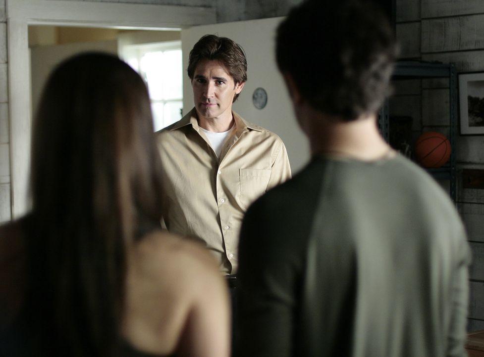 Adam Baylin (J. Eddie Peck, M.) ist die einzige Person, die eine Erklärung für die Veränderung von Kyle (Matt Dallas, r.) haben könnte. Das wei - Bildquelle: TOUCHSTONE TELEVISION