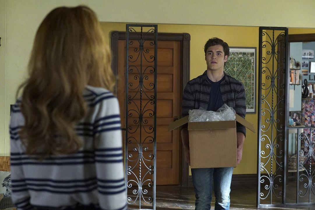 Als Paige (Bella Thorne, l.) nach Hause kommt, ist Jake (Charlie DePew, r.) gerade dabei, Umzugskisten zu packen - ist seine Entscheidung bereits in... - Bildquelle: Warner Bros.