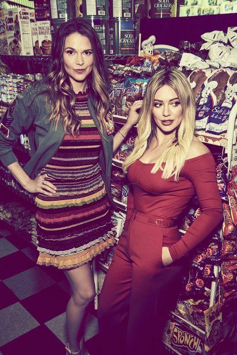 Liza Miller (Sutton Foster, l.); Kelsey Peters (Hilary Duff, r.) - Bildquelle: Hudson Street Productions Inc 2017