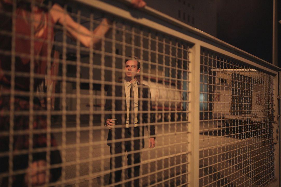 Eigentlich ist Security-Mitarbeiter Simon (Florian Bartholomäi, l.) ein absoluter Gegner von Ungesetzlichkeiten. Doch als die unkonventionelle Lea i... - Bildquelle: Michael Colella SAT.1