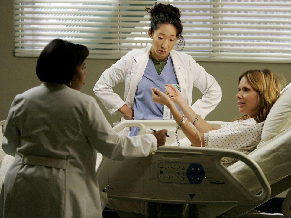 Gemeinsam kümmern sich Cristina (Sandra Oh, M.) und Dr. Bailey (Chandra Wilson, l.) um Constance Ferguson (Rosanna Arquette, r.), eine Mörderin, die... - Bildquelle: Touchstone Television