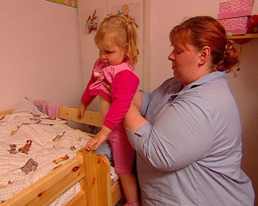 Kirsten (r.) bringt ihre kleine Tochter Kay Sarah (l.) ins Bett. - Bildquelle: ProSieben