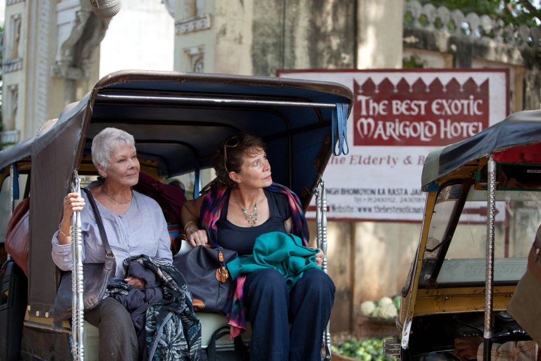 Begeben sich auf eine ganz besondere Reise nach Indien und entdecken dabei eine neue Lust am Leben: Evelyn (Judi Dench, l.) und Madge (Celia Imrie,... - Bildquelle: 2012 Twentieth Century Fox Film Corporation. All rights reserved.