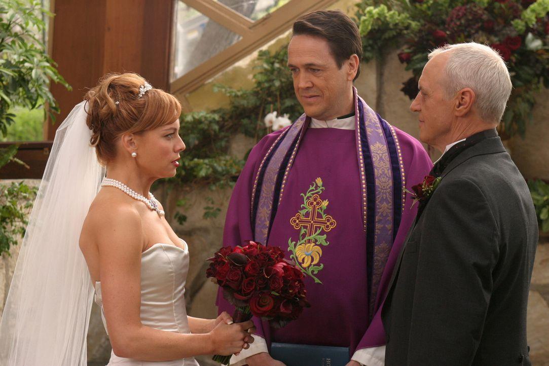 Geben sich vor Reverend Donahue (Hamilton Mitchell, M.) das Ja-Wort: Julie (Melinda Clarke, l.) und Caleb (Alan Dale, r.) ... - Bildquelle: Warner Bros. Television
