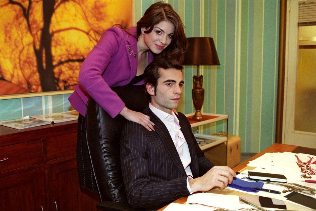 Mariella (Bianca Hein, l.) versucht ihren Verlobten David (Mathis Künzler, r.) davon zu überzeugen, dass er Sabrina die Assistentenstelle gibt. Dami... - Bildquelle: Noreen Flynn SAT.1 / Noreen Flynn