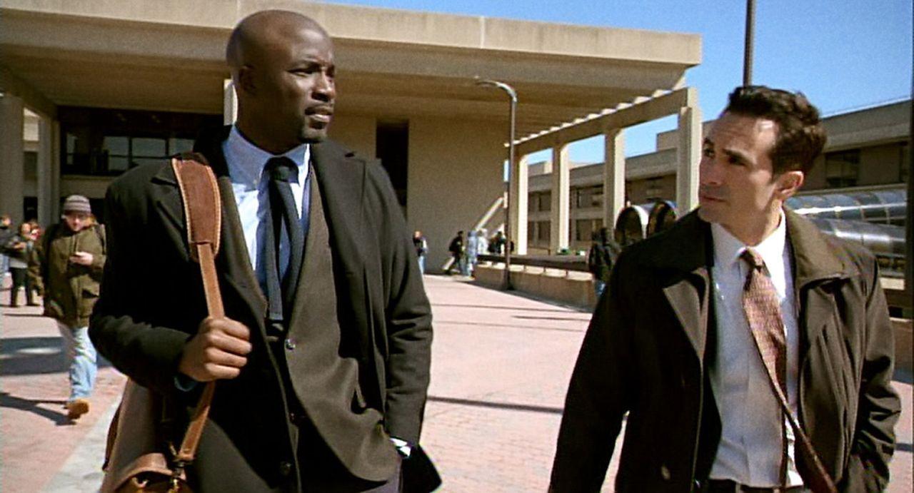 Nachdem Bridget plötzlich verschwunden ist, ist der FBI-Agent Victor Machado (Nestor Carbonell, r.) davon überzeugt, dass Malcolm Ward (Mike Colte... - Bildquelle: 2011 THE CW NETWORK, LLC. ALL RIGHTS RESERVED