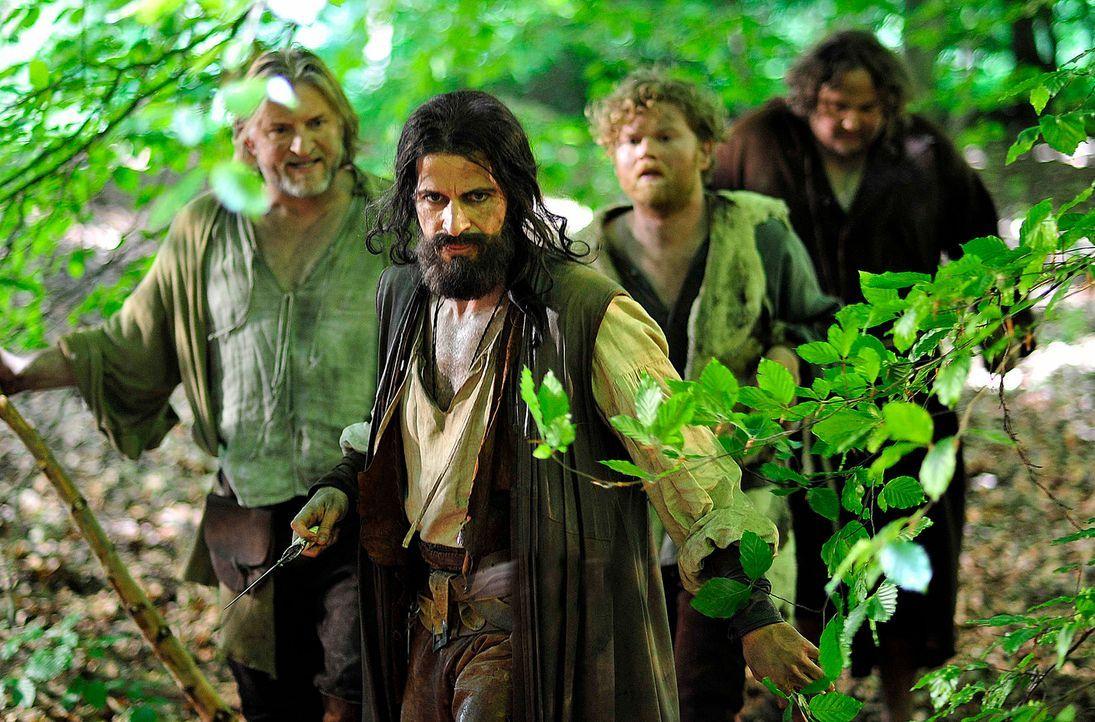 Während Robin Hood (Pasquale Aleardi, 2.v.l.) und seine Gefährten Little John (Frank Kessler, l.), Bruder Tuck (Daniel Zillmann, r.) und Will Scar... - Bildquelle: Oliver Feist SAt.1