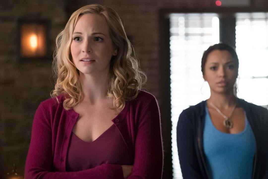 Caroline (Candice King, l.) und Bonnie (Kat Graham, r.) tauchen in Damons Kopf ein, treffen dort auf altbekannte Gesichter und machen eine erstaunli... - Bildquelle: Warner Bros. Entertainment, Inc.