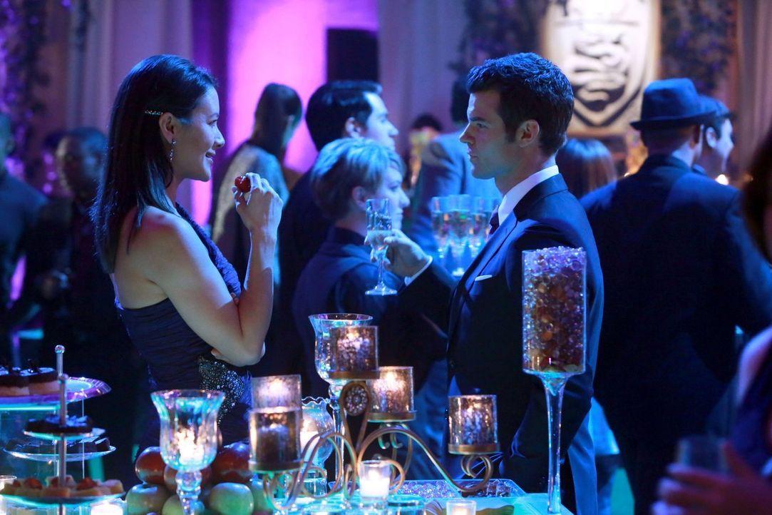 Mit Francesca (Peta Sergant, l.) findet Elijah (Daniel Gillies, r.) eine ungewöhnliche Verbündete ... - Bildquelle: Warner Bros. Television