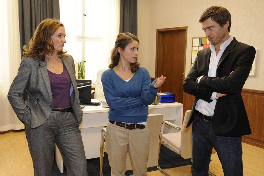 Geraten aneinander: Gabriele (Marie Schneider, l.) Bea (Vanessa Jung, M.) und Julian (Sebastian Hölz, r.) ... - Bildquelle: SAT.1