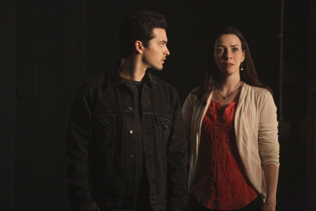 """Selbst Enzo (Michael Malarkey, l.) ahnt nicht, wie weit Lily (Annie Wersching, r.) gehen würde, um ihre """"Familie"""" wieder zu vereinen ... - Bildquelle: Warner Bros. Entertainment, Inc"""