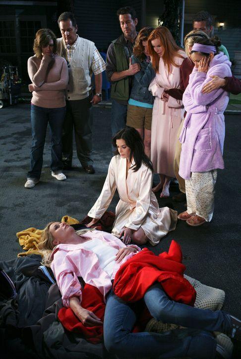 Schock: Nachdem Edie (Nicotlette Sheridan, liegend) gegen den Strommast gefahren ist und durch herunterfallende Kabel einen Stromschlag erlitten hat... - Bildquelle: ABC Studios