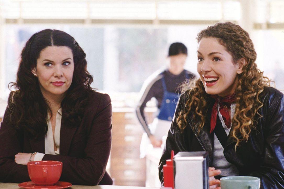 Als Rory wegen eines besonderen Essens nicht zum Freitagsdinner mitkommen kann, will Emily Lorelei (Lauren Graham, l.) verkuppeln, doch diese befind... - Bildquelle: 2000 Warner Bros.