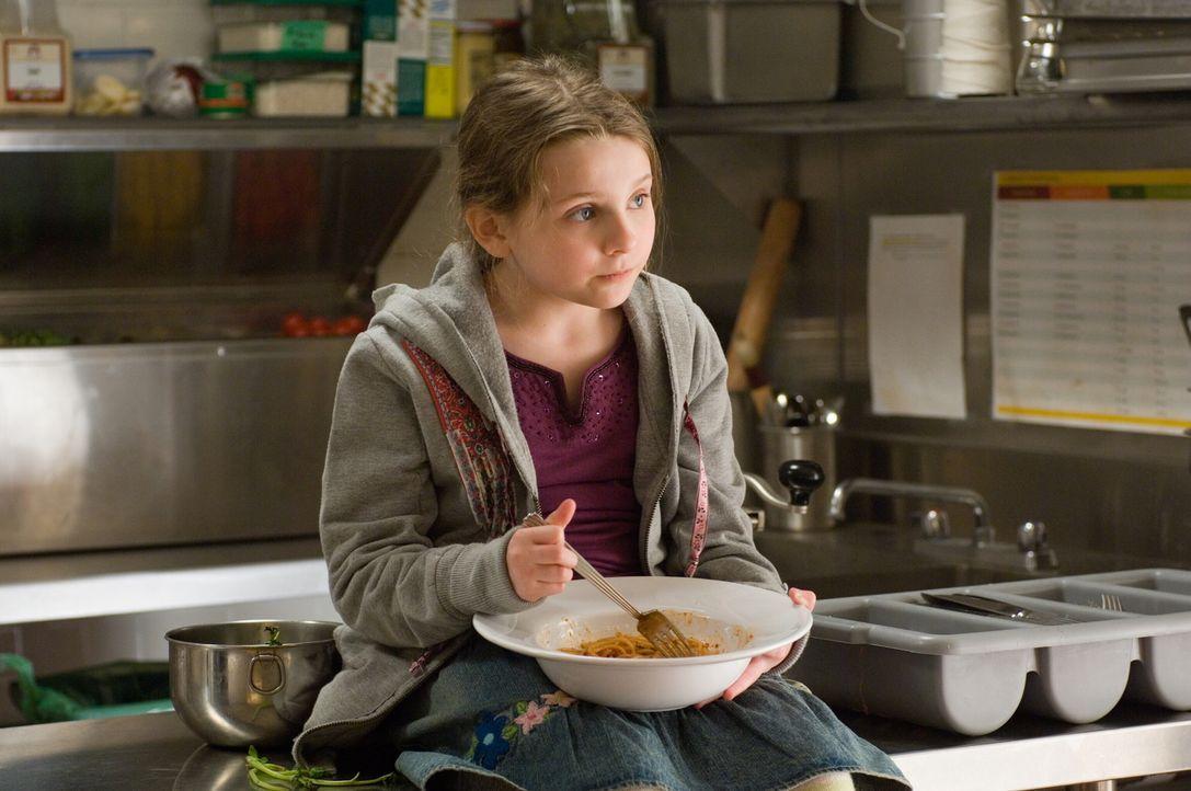 Ihre Mutter ist bei einem Autounfall ums Leben gekommen. Jetzt wächst die kleine Zoe (Abigail Breslin) bei ihrer Tante Kate auf, die jedoch absolut... - Bildquelle: Warner Bros.