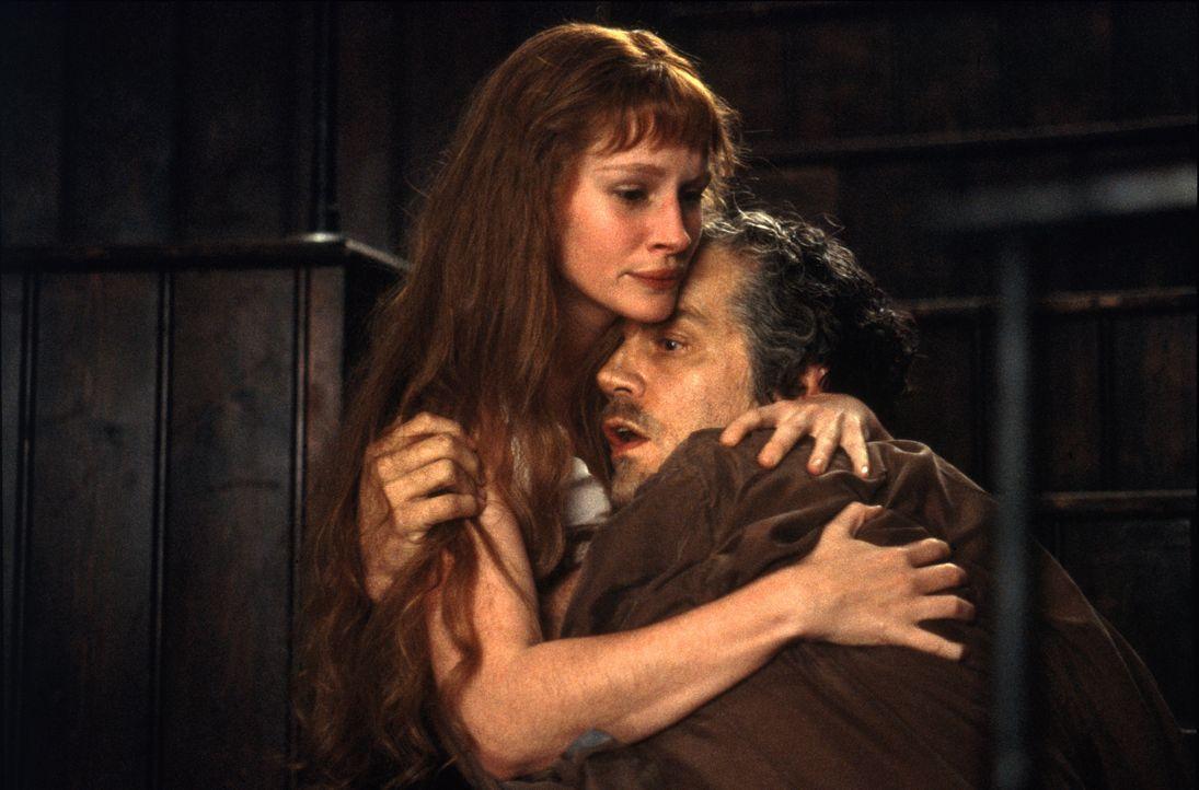 Mary Reilly (Julia Roberts, l.) erkennt, dass ihr Dienstherr Dr. Jekyll (John Malkovich, r.) zunehmend schwächer wird ... - Bildquelle: 1996 TriStar Pictures, Inc. All Rights Reserved.