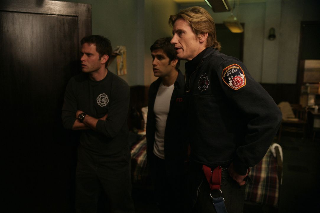 Schließen eine Wette ab: (v.l.n.r.) Sean (Steven Pasquale), Mike (Michael Lombardi) und Tommy (Denis Leary) ... - Bildquelle: SONY 2006 CPT Holdings, Inc. All Rights Reserved.
