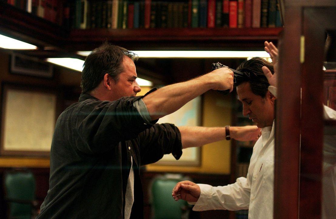 Nachdem Barry (Tom Irwin, l.) seine Frau und seinen Job verloren hat, gerät er außer Kontrolle. Alle Versuche ihn zu stoppen werden für Jack (Anthon... - Bildquelle: Warner Bros. Entertainment Inc.