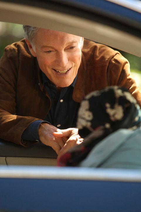 Lynette (Felicity Huffman, r.) trifft seit mehr als 30 Jahren auf ihren Stiefvater Glen (Richard Chamberlain, l.) und erfährt den wahren Trennungsgr... - Bildquelle: ABC Studios