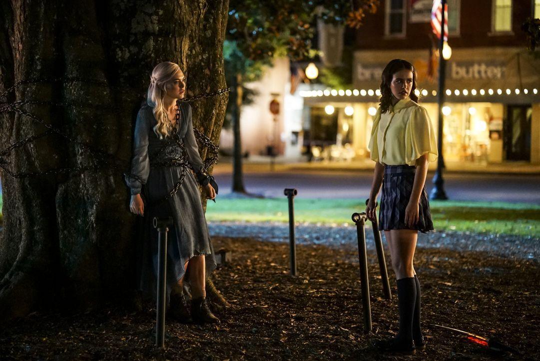 Lizzie Saltzman (Jenny Boyd, l.); Josie Saltzman (Kaylee Bryant, r.) - Bildquelle: Annette Brown 2020 Warner Bros Entertainment Inc. All rights reserved. / Annette Brown