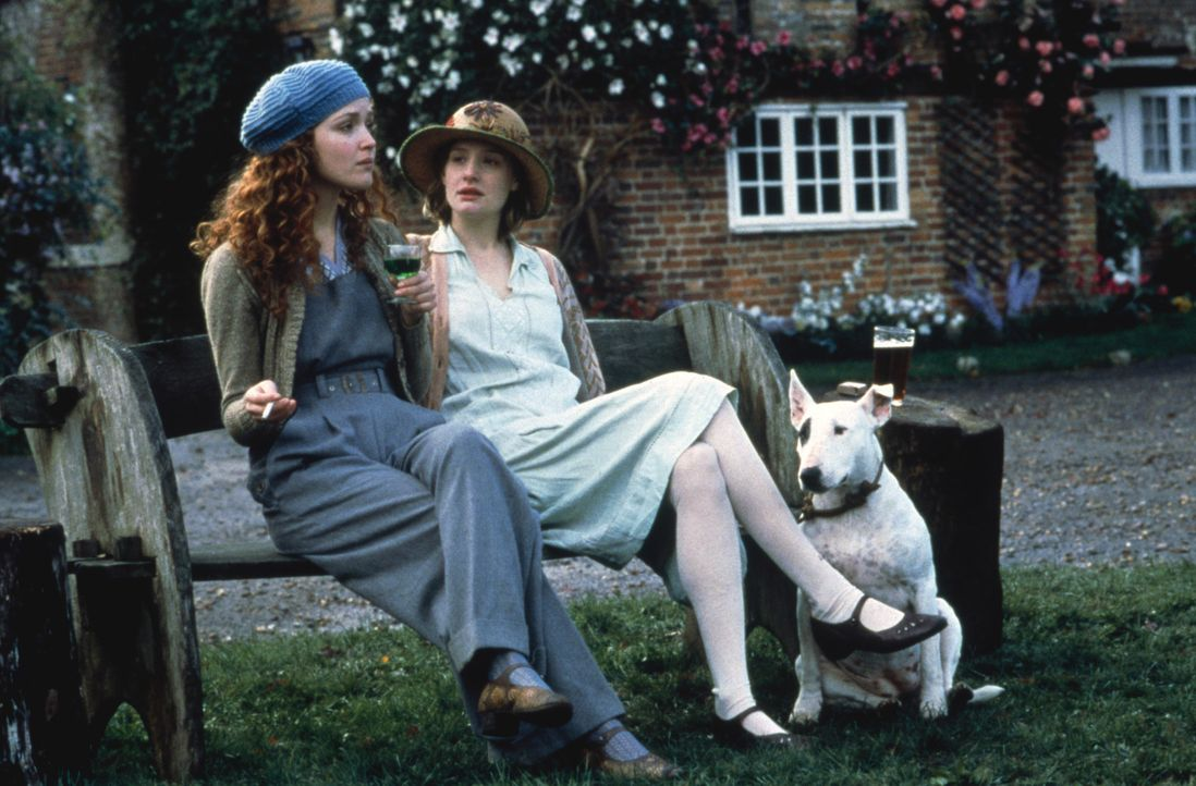 Die beiden Schwestern Cassandra (Romola Garai, r.) und Rose Mortmain (Rose Byrne, l.) leben mit ihrer Familie abgeschlossen von der Außenwelt in ei... - Bildquelle: 2012 Sony Pictures Television Inc. All Rights Reserved.