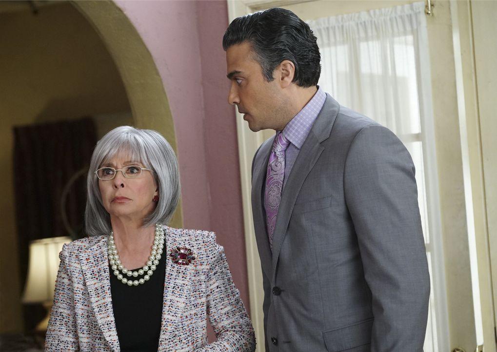Liliana (Rita Moreno, l.), Rogelios (Jaime Camil, r.) Mutter, kommt zu Besuch, während Jane versehentlich Rafaels Chancen, die Alkohollizenz für das... - Bildquelle: 2014 The CW Network, LLC. All rights reserved.